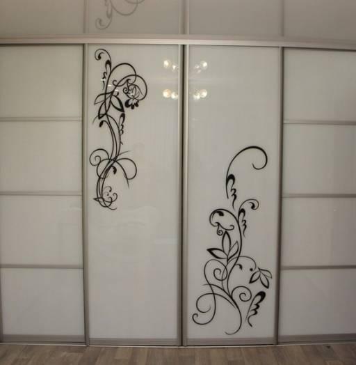 Современные зеркальные шкафы
