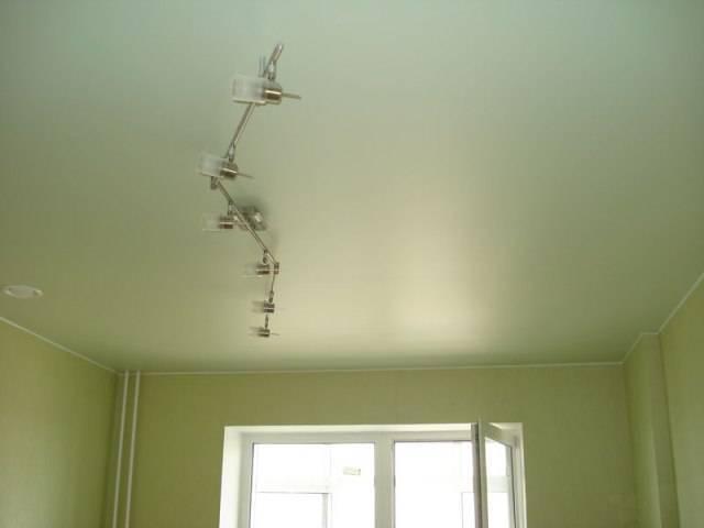 Особенности сатиновых натяжных потолков, применение в интерьере