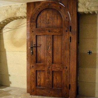 Входная металлическая дверь в деревянный дом: выбор и установка