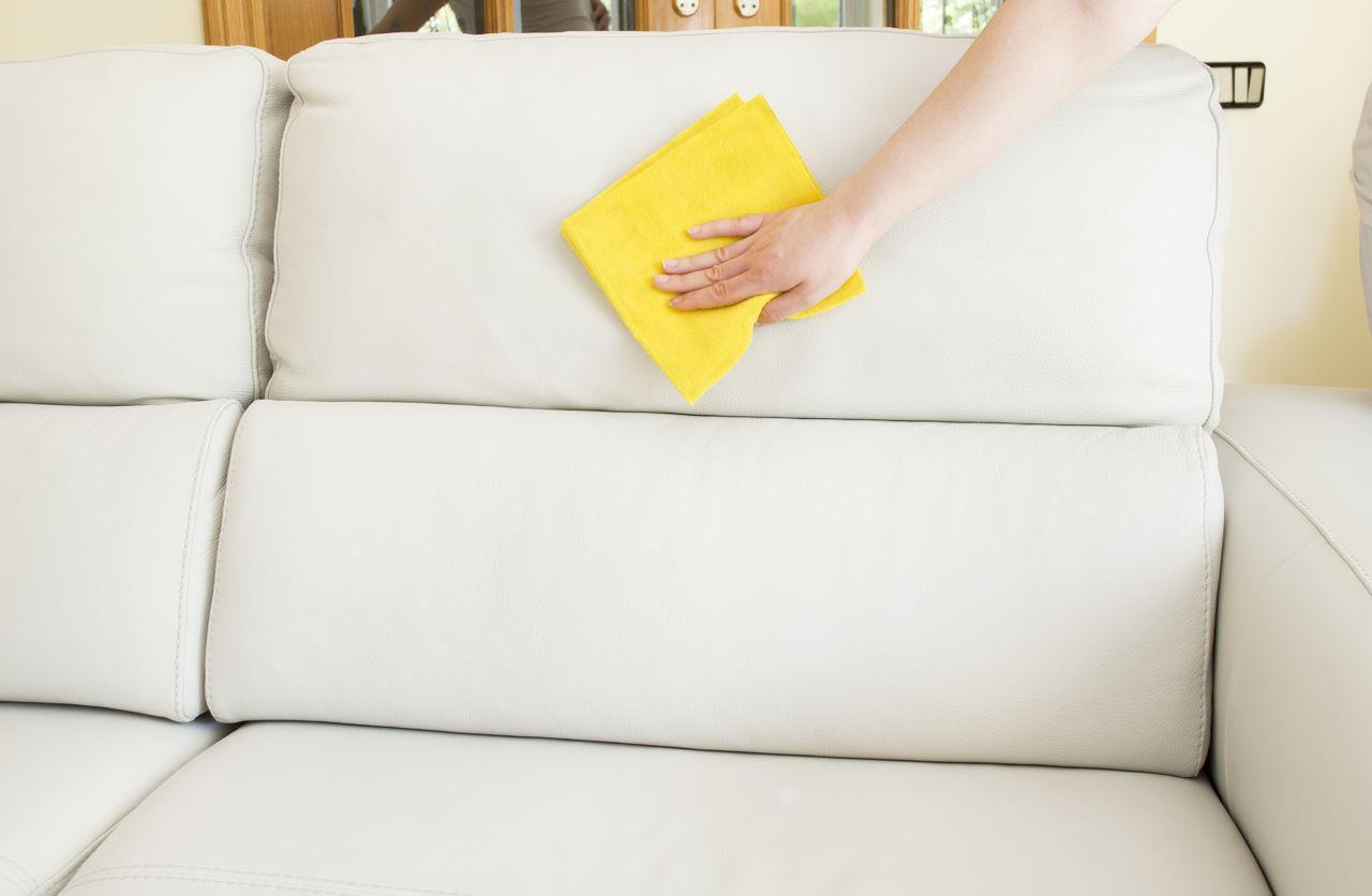 Как почистить диван в домашних условиях: 12 способов для тканевой или кожаной обивки