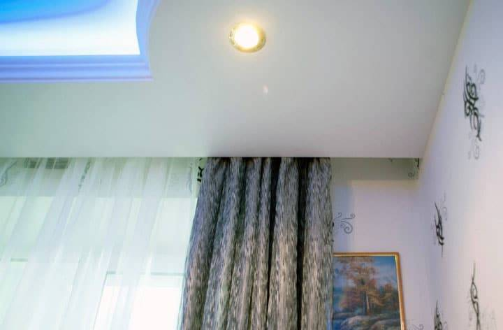 Как повесить гардину — на стену, натяжной потолок, гипсокартон