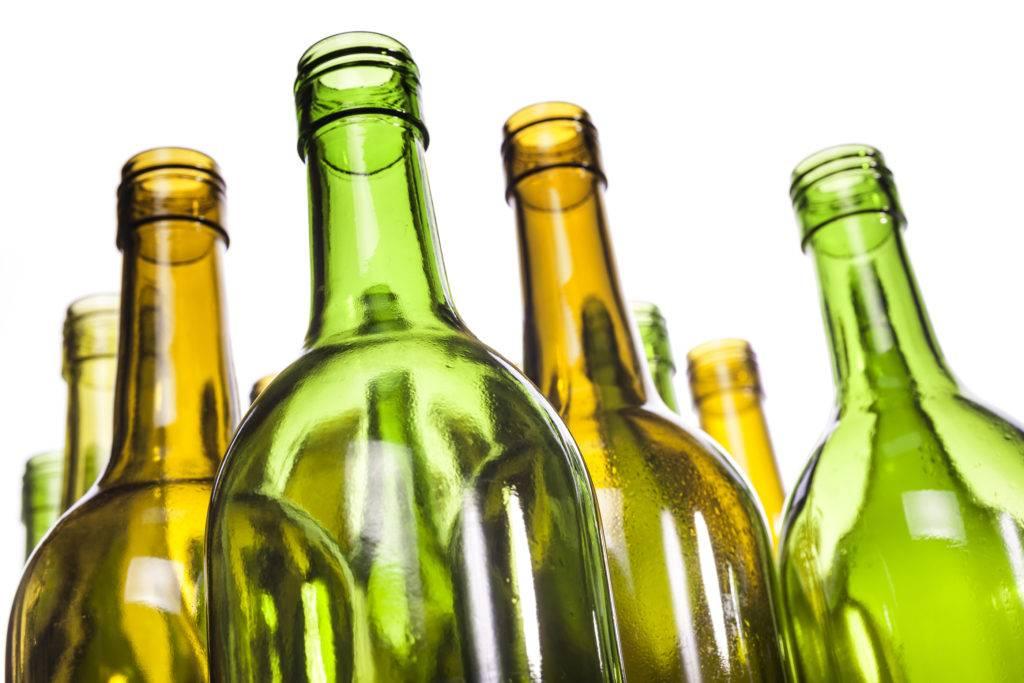 Использование стеклянных бутылок в строительстве: как сделать из них забор, фундамент, стены или пол