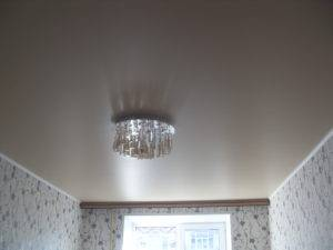 Какой натяжной потолок лучше - сатиновый или матовый