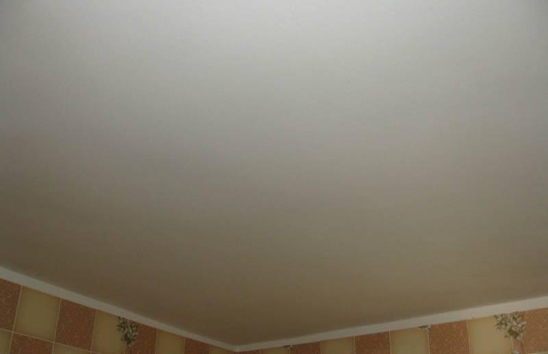 Как красить потолок водоэмульсионной краской видео