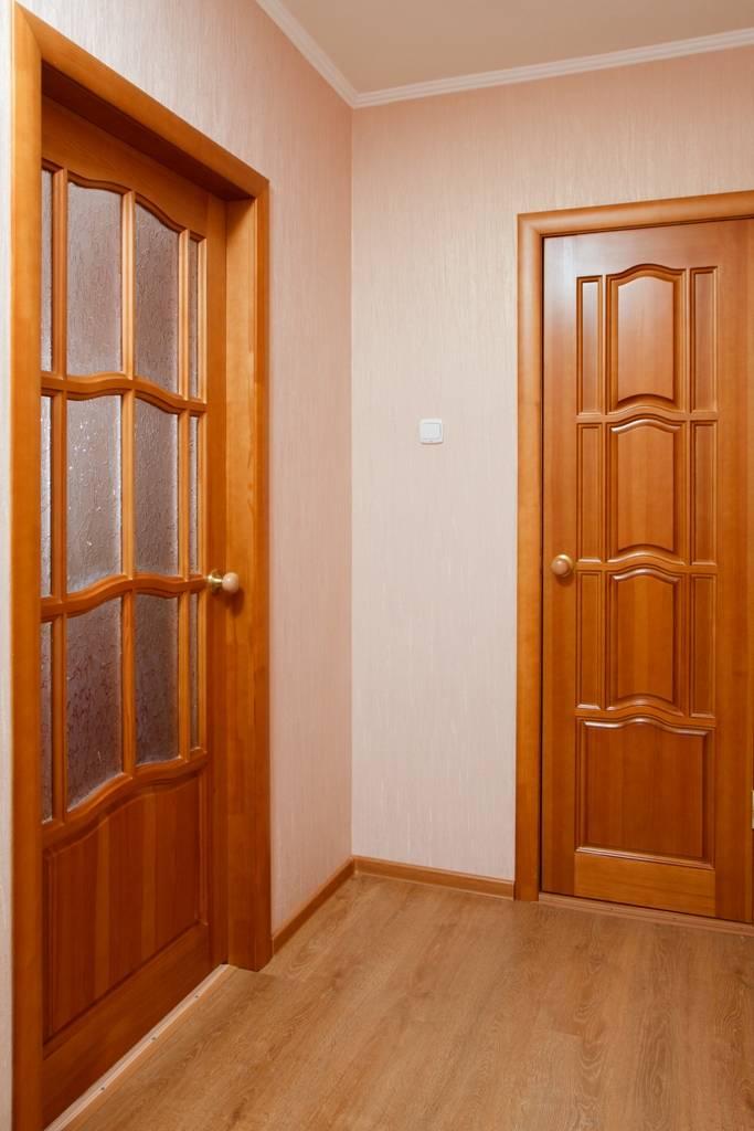Двери из массива сосны: преимущества и недостатки материала