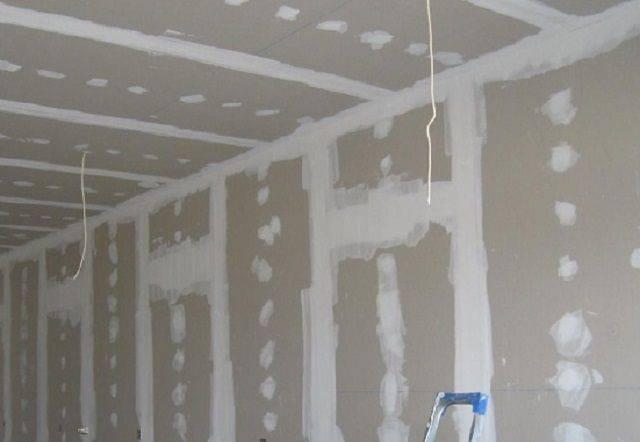 Как выровнять стены под обои своими рукамиперед поклейкой в квартире: как самому быстро и правильно сделать это шпаклевкой и как самостоятельно выправить углы?