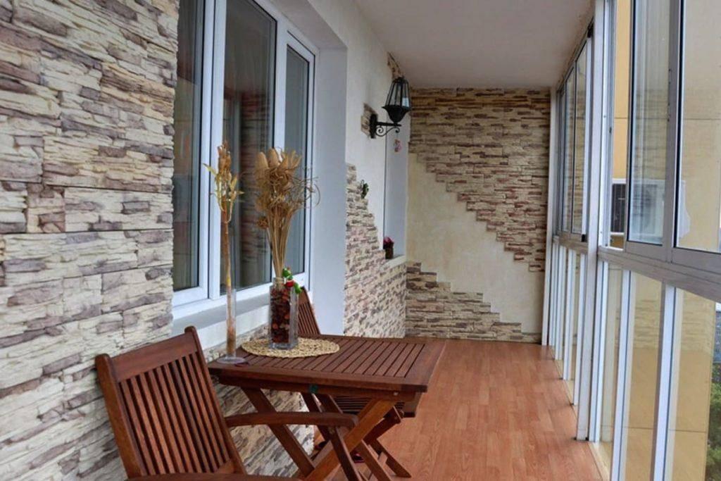 Отделка балкона искусственным камнем