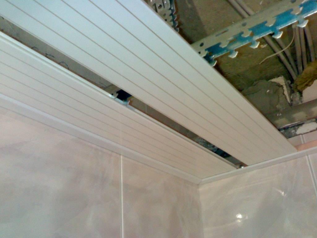 Как сделать реечный потолок в ванной комнате из алюминиевых панелей