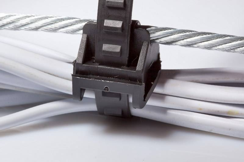 Прокладка кабеля по забору, металлоконструкциям