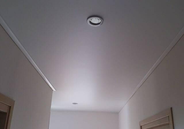 Глянцевый или матовый натяжной потолок: что лучше?