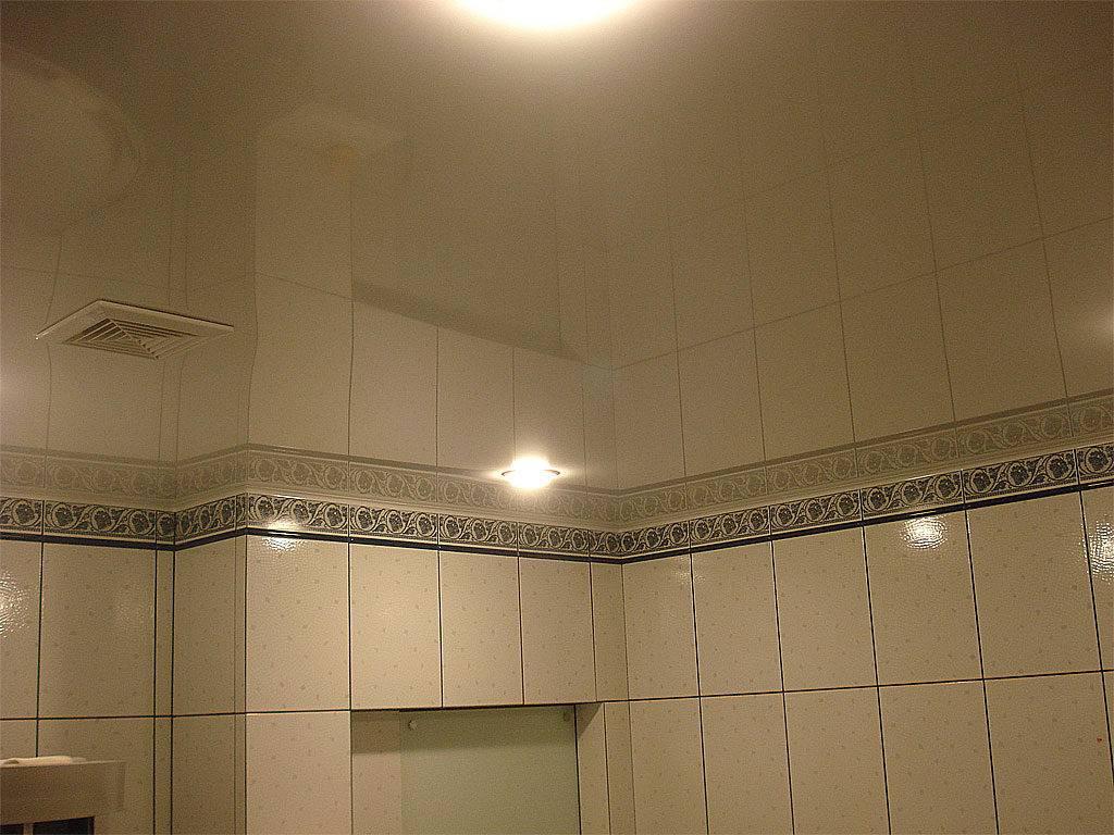 Натяжной потолок в ванной. какой выбрать? полезные рекомендации