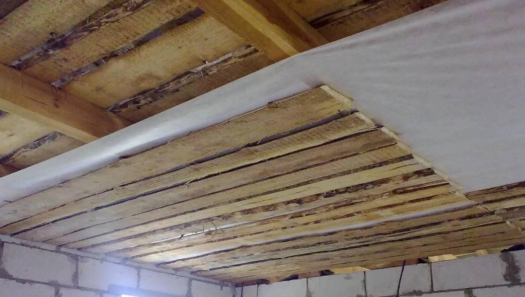 Отделка потолка в деревянном доме - идеи и варианты в 50 фото