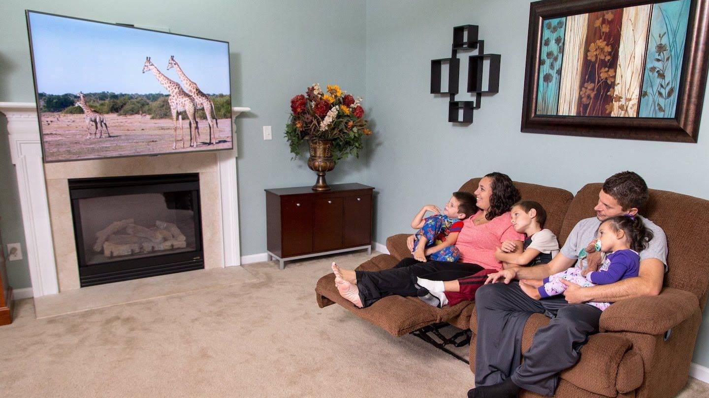 Телевизор над камином: можно ли вешать + фото в интерьере