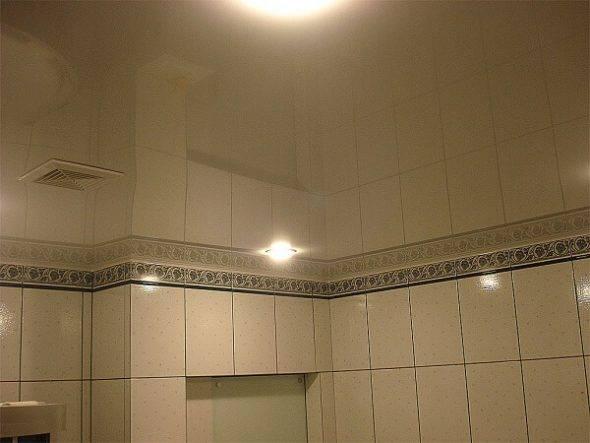 Какие существуют типы зеркальных потолков в ванной?