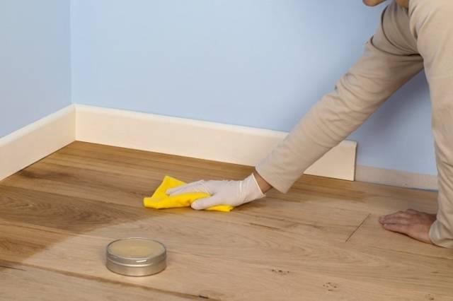 Чем отмыть линолеум от въевшейся грязи в домашних условиях: в офисе, на кухне (видео)