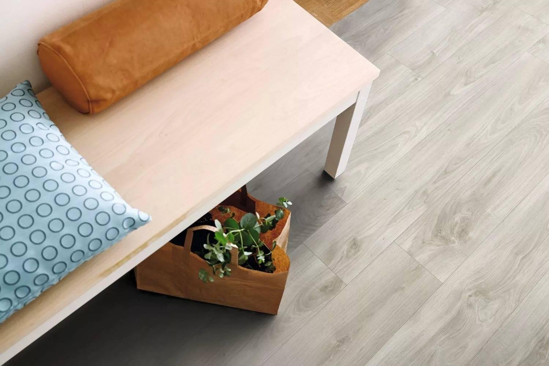 Что лучше ламинат или кварцвиниловая плитка: особенности и отличия