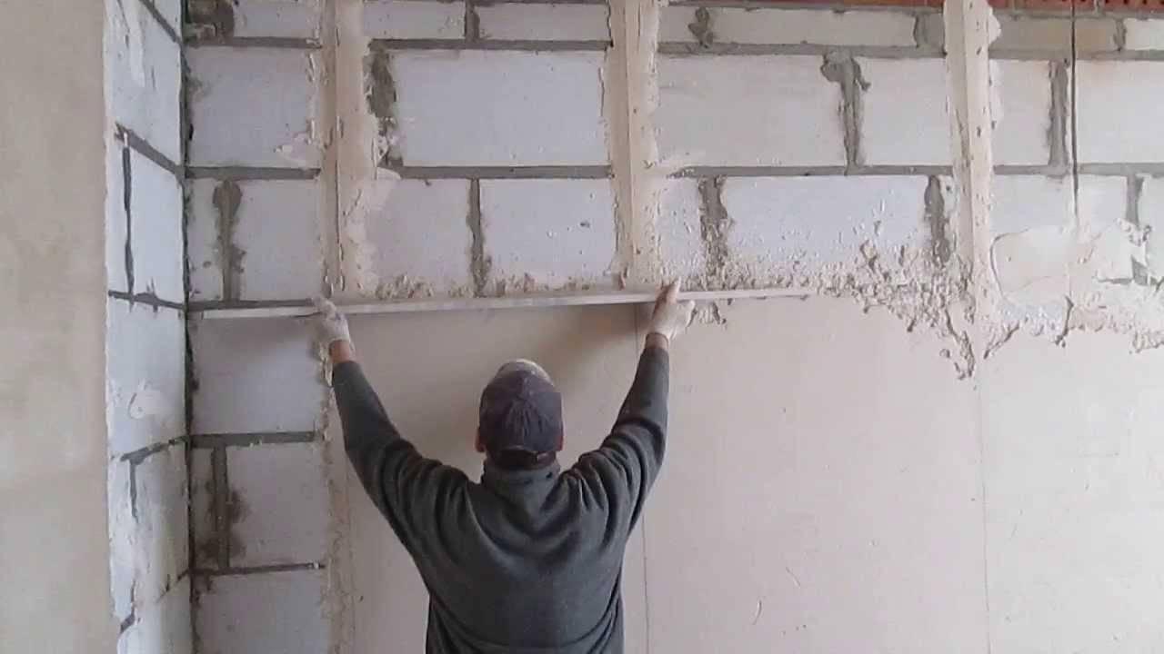 Как выровнять стены под обои своими руками перед поклейкой в квартире: как самому быстро и правильно сделать это шпаклевкой и как самостоятельно выправить углы?