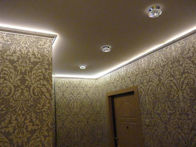 Установка светодиодных лент для подсветки потолка