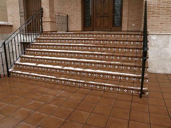 Накладки на ступени (37 фото): резиновые противоскользящие накладные покрытия для деревянной лестницы