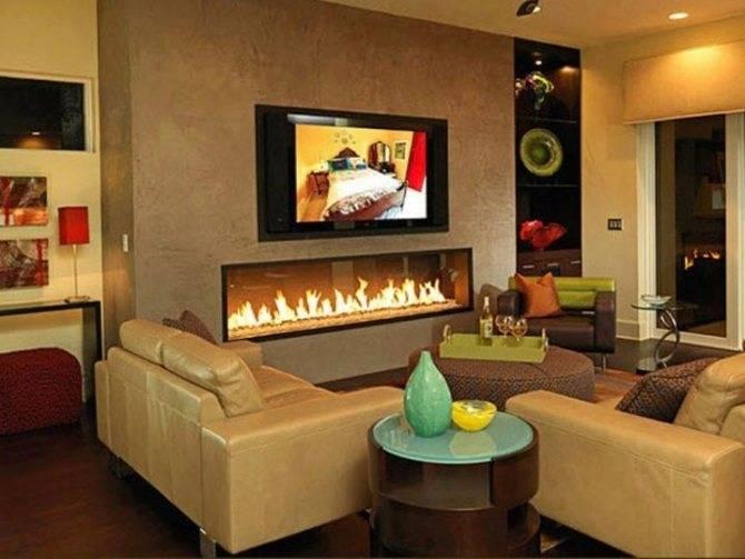 Электрокамин в интерьере гостиной с телевизором