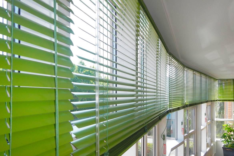 Как вешать жалюзи на пластиковые окна: горизонтальные и вертикальные, инструкция установки