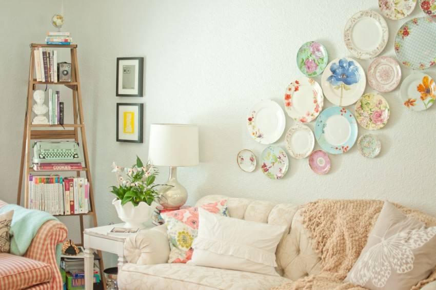 Тарелки на стену в дизайне интерьера, как повесить декор своими руками на крепления, декоративные керамические, фарфоровые и другие украшения