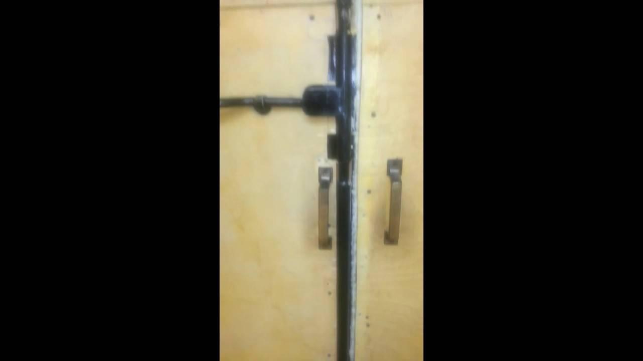 Как сделать запор на гаражные ворота своими руками, инструкция и виды устройств