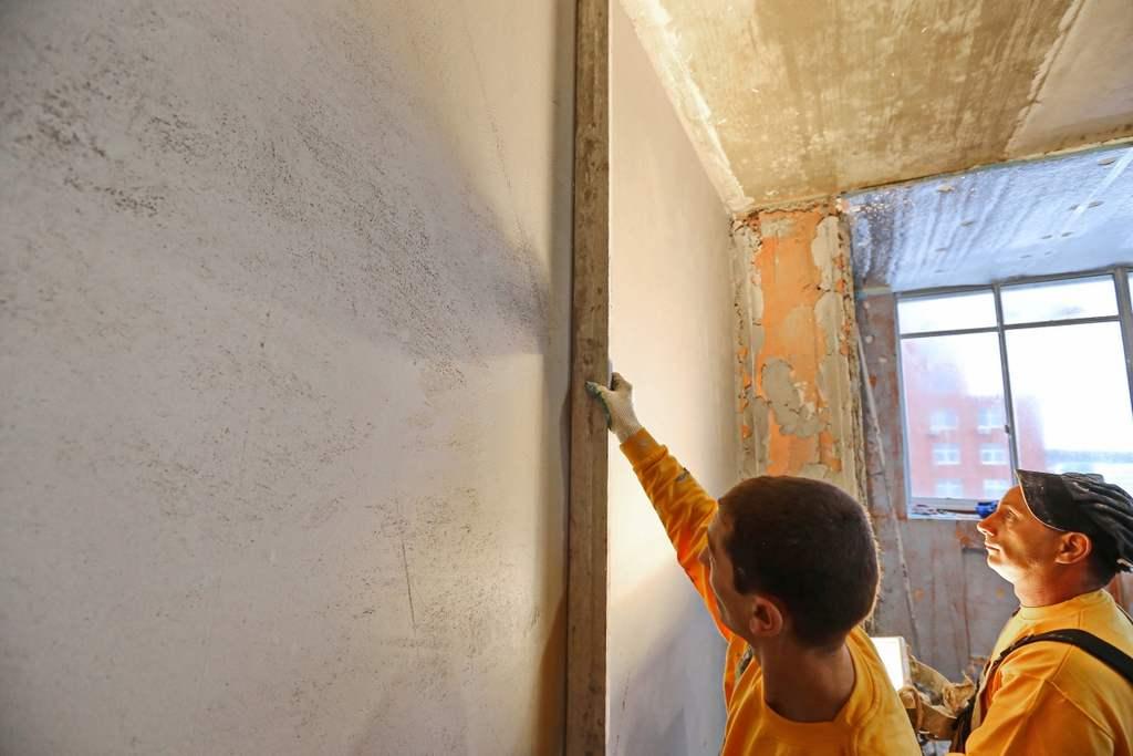 Штукатурка стен без маяков цементным и гипсовым раствором