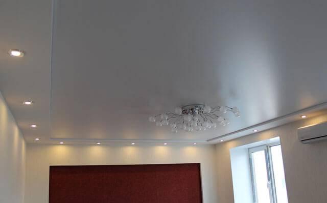 Минимальная высота натяжного потолка: на сколько см опускается натяжной потолок при установке, на сколько опустится, сколько высоты забирает от потолка, сколько занимает