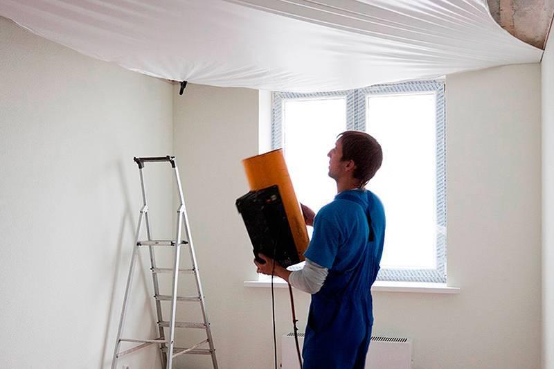 Что сначала: обои или натяжной потолок?