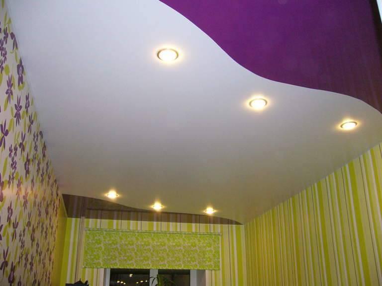 Натяжные одноуровневые потолки для зала (56 фото): двухцветные одноуровневые потолки в квартире, комбинированные глянцевые и матовые натяжные потолки в интерьере
