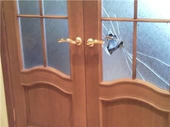 Замена стекла в межкомнатной двери своими руками — этапы и порядок проведения ремонтных работ