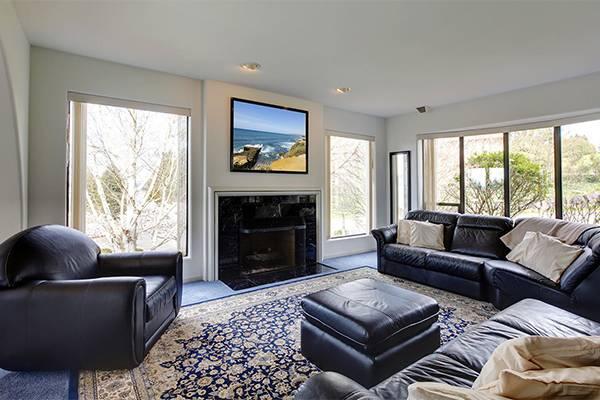 12 идей расположения телевизора и камина в гостиной: телевизор над камином, на одной стене