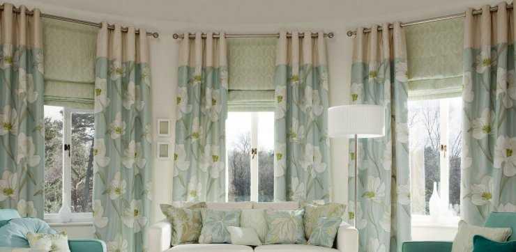 Особенности оформления интерьера гостиной с зелеными шторами