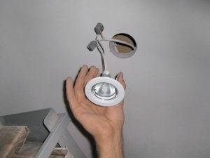 Как поменять лампочку в подвесном потолке: замена светодиодной лампы в натяжном потолке, как заменить лампочку в подвесном потолочном светильнике