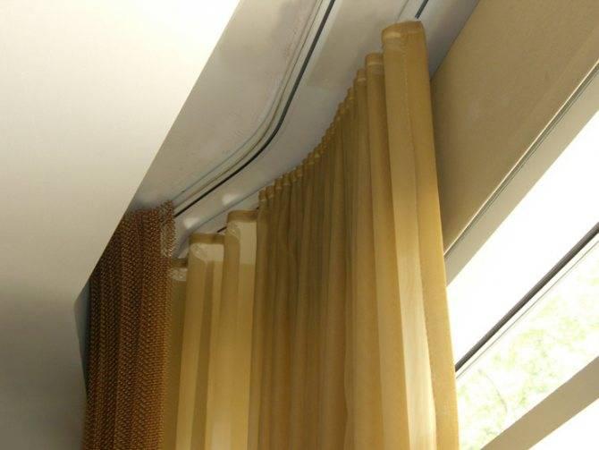 Как вешать карниз — особенности настенных изделий для занавесок, на каком расстоянии от потолка повесить, фото, видео