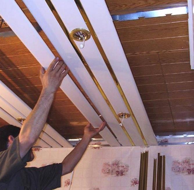 Потолок в ванной комнате из алюминиевых панелей