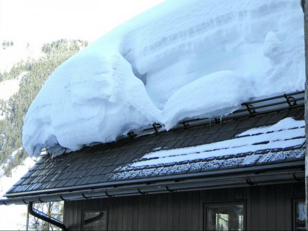 Снегозадержание на крыше из металлочерепицы: как установить снегозадержатели, как ставить, схема установки, устройство пластинчатых и уголковых элементов, как монтировать