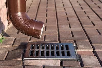 Как сделать ливневую канализацию в многоэтажном доме с плоской крышей? Как устроена — Обзор