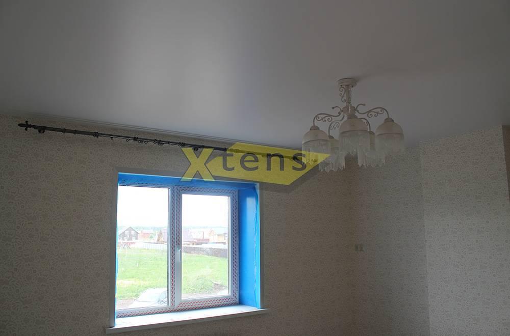 Как используют натяжной потолок сатиновый в разных помещениях, виды и характеристики материала