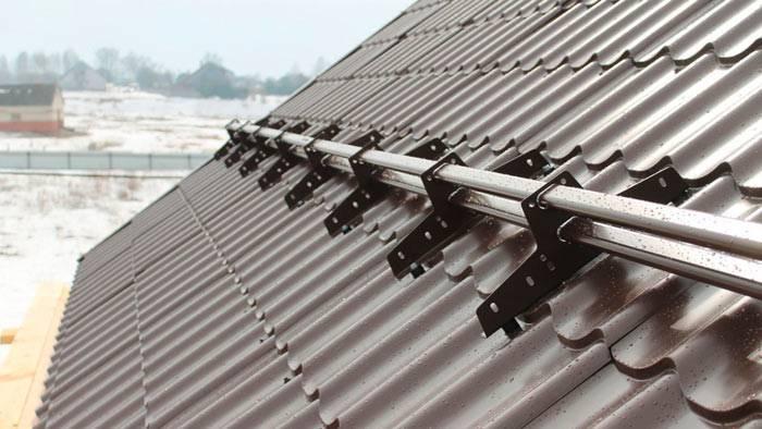 Снегозадержатели для крыши: виды и способы монтажа
