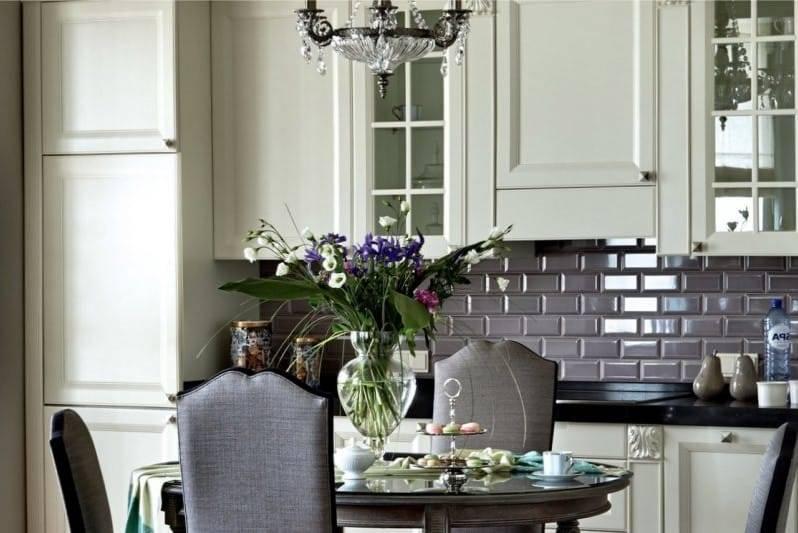 Какой фартук подойдет под белую кухню —  выбор материала и стиля