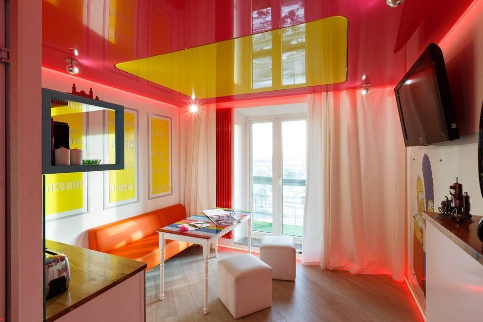 Двухцветные натяжные потолки: одноуровневые, в одном уровне, в зале, на кухне, с двумя цветами