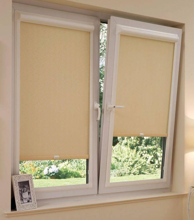 Разновидности конструкций рулонных штор на пластиковые окна, как их крепить?