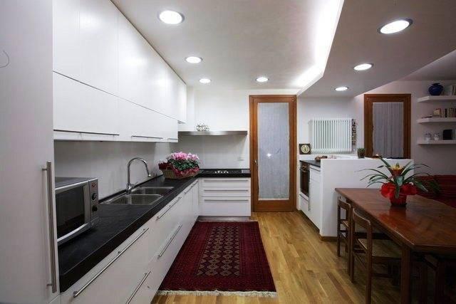 Натяжные потолки для кухни: 60 фото интерьеров, варианты дизайна, недостатки и достоинства, отзывы