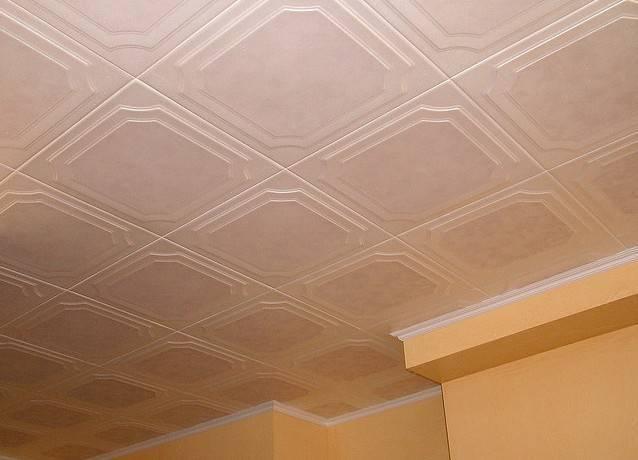 Пенопластовые плитки для потолка - процесс оклейки поверхности, как рассчитать необходимое количество материала, подготовить потолочные плитки из пенопласта, какой клей выбрать, подробное фото +видео