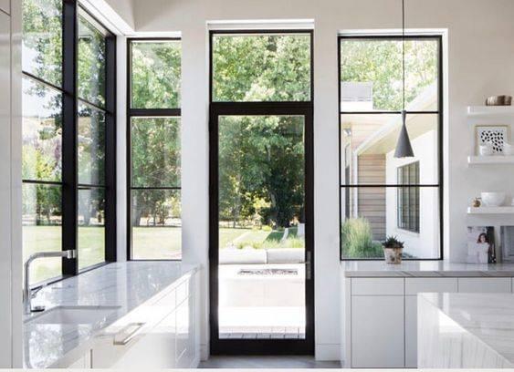 Дизайн спальни с панорамным, двумя или тремя окнами (55 фото): интерьер комнаты с большим и неровным окном