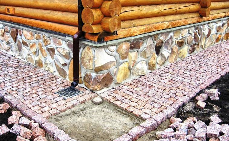Отмостка из тротуарной плитки вокруг дома ‒ пошаговая инструкция