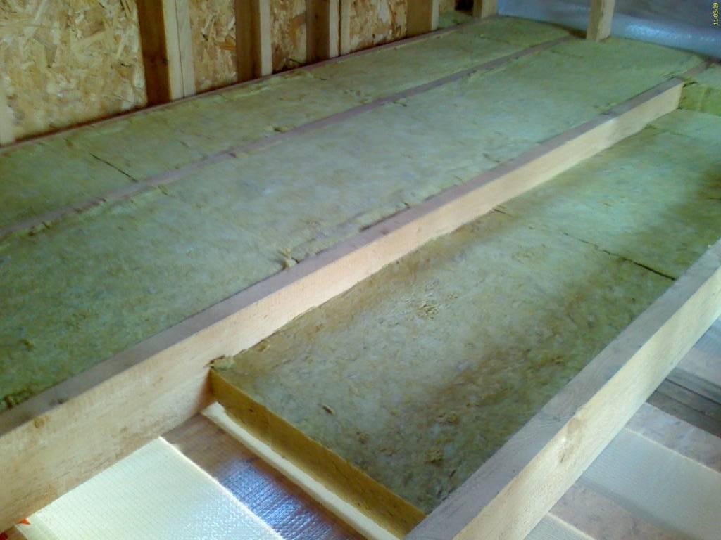Утепление потолка в деревянном доме: правила выбора и монтажа