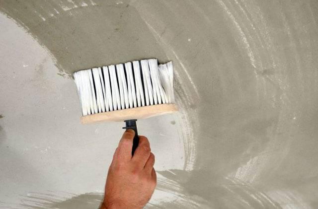 Как смыть побелку с потолка: 3 простых способа